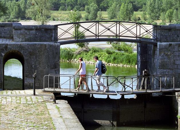 le-bassin-et-l-ecluse-de-mantelot-a-chatillon-sur-loire_full