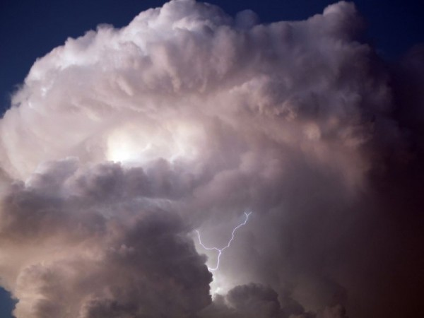 un-etonnant-nuage-charge-d-electricite-etait-visible-hier-en_287296_800x600